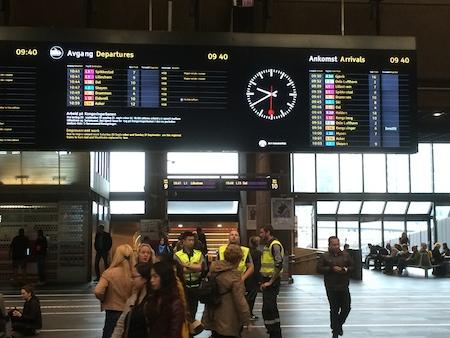 Anzeigetafel mit den abfahrenden und ankommenden S-Bahnzügen in der Osloer Zentralstation