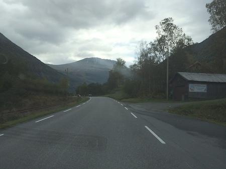 Strecke unter Fahrdraht in Seitenlage der Stra�e nach Rjukan. Im Hintergrund der Gaustastoppen, 2014